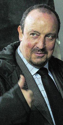 Llorente cierra la herida con Benítez y le da la insignia del club