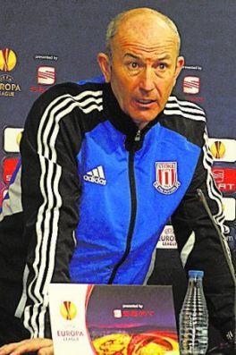 El técnico del Stoke City da la rueda de prensa de pie